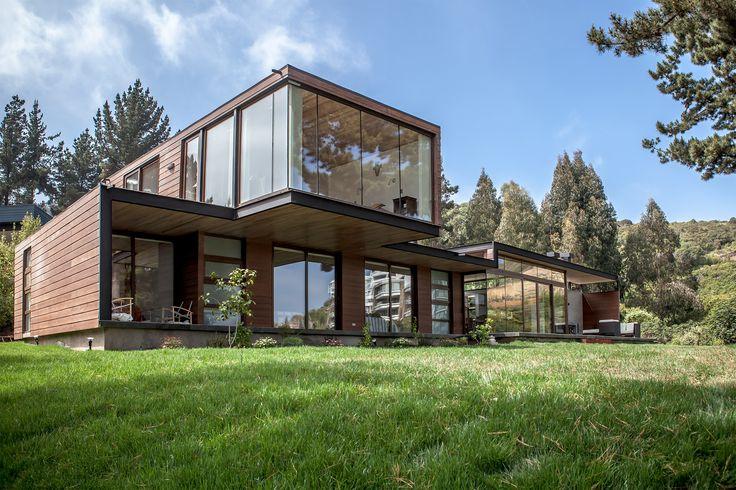 Construído pelo PAR Arquitectos na Zapallar, Chile na data 2013. Imagens do Diego Elgueta. O projeto consiste no desenvolvimento de uma casa unifamiliar sob os padrões de negócio imobiliário; um programa bási...