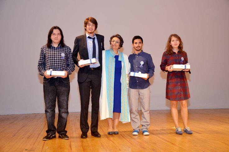 Üniversitemizi dereceyle kazanan öğrencilerimize Rektörümüz tarafından hediye takdim edilmesi