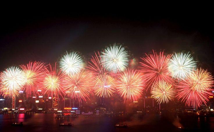 O Ano Novo é ummomento que refletimos muito sobre como foi o ano que passou e o que desejamos para o ano que irá começar. Pensando nisso separei algumas tradições para o Ano Novo que muitas pessoas costumam fazer. Venham ver!