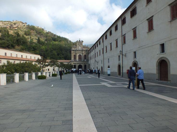 Il piazzale antistante l'ingresso al Santuario di San Francesco di Paola. [Foto di Fabiana Calomino]
