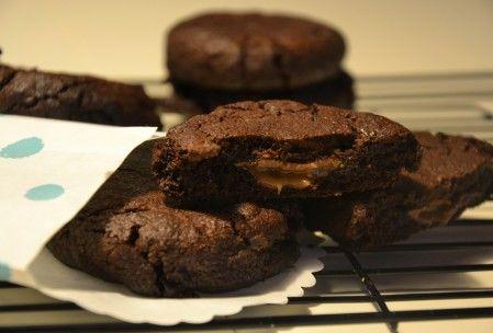 Cookies med chokolade og karamel, chokoladecookies med overraskelse, chokoladecookies, chokolade cookies med karamel, chokoladecookies med karamel