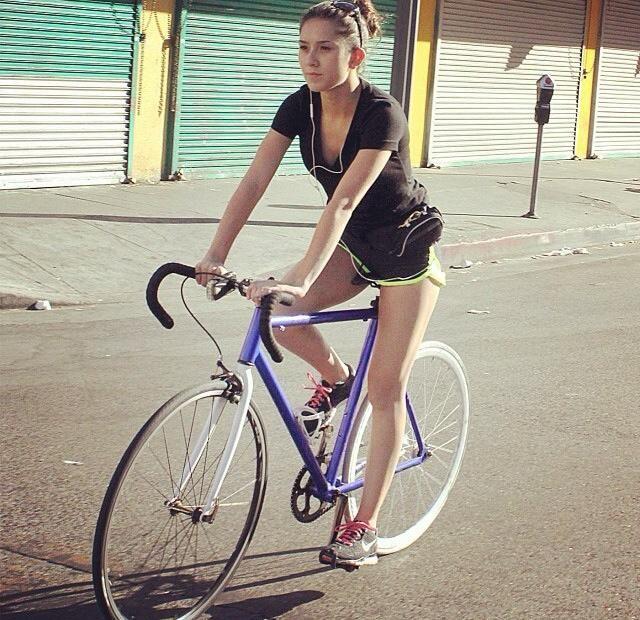 Milf auf Fahrrad in Hotpants