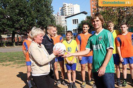 Сегодня игроки футбольного клуба Домодедово провели мастер-класс для учеников Домодедовской средней школы №2.