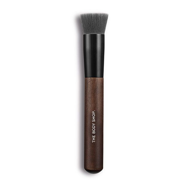 Want buildable foundation coverage? This clever buffing foundation brush helps you create a fresh-faced look that's true to you and always natural-looking. Designed to master the hottest make-up trends and complement our coveted range of essentials, our expert charcoal-coated make-up brushes take your look to the next level. While they might feel softer than a squirrel's tail, fear not. As you'd expect from The Body Shop they're 100% cruelty-free from their synthetic bristles down to their…