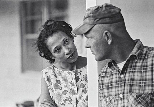 1967. Depois de nove anos proibidos de pisar em seu próprio estado, a Virgínia, por serem um branco e uma negra formando um casal, finalmente Richard e Mildred Loving viram a Suprema Corte dos Estados Unidos reverter a decisão e definir que casamentos inter-raciais não poderiam ser proibidos em nenhum lugar do país. A confusão jurídica começou em 1958, quando os dois viajaram até Washington para se casar, já que a cerimônia não seria permitida na Virgínia (nem em outros 15 estados do sul dos…