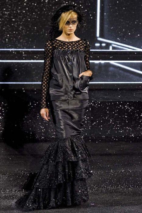 Осенне-зимняя коллекция haute couture выполнена в лучших традициях дома Chanel. В коллекции представлены элегантные костюмы и жакеты из твида. Основную цветовую палитру составляют черный, серый, белый. Несколько ансамблей выполнены в ярком цвете фуксии. Завершают коллекцию роскошные вечерние платья из шелка и атласа, украшенные вышивкой.