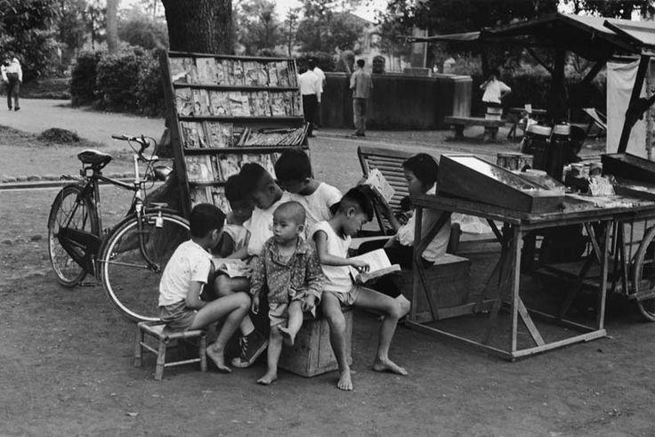 小書迷 劉亦泉  Little Bookworm, Photography 劉亦泉 LIU I-chuan 1932 - 一 九八七年,劉亦泉以五十五歲的盛年,從日本專攻攝影學成返台,秉持一貫的敬謹態度,陸續投入工商攝影及攝影教學,這些年以來,並發表了「石紋之美」、「溪 流」、「鄉土情懷」、「夢幻花語」等個展。豪爽、快人快語、而又帶有那個世代台灣父老草根性格的劉亦泉,他的作品卻流動著細膩、抒情與唯美的濃郁氣韻。 (文/行吟秋光)