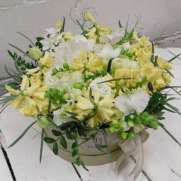 Собираем коробочки для ваших любимых каждый день. Не всегда получается поделиться ими с вами.  В такой пасмурный день собрали яркую коробочку по приятной цене! В свободной продаже.   #flowersjuli #flowerbox #bloom  #флористикаминск #цветы #цветыминск #букет #букетминск #floristic #цветывшляпнойкоробке