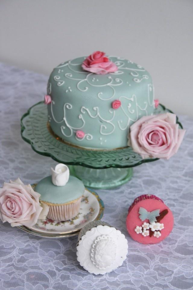 groene bruidstaart met cupcakes