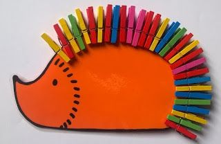 Voici une autre activité autonome que les élèves aiment bien faire : Il faut trouver des petites pinces à linge, celles souvent utilisées...