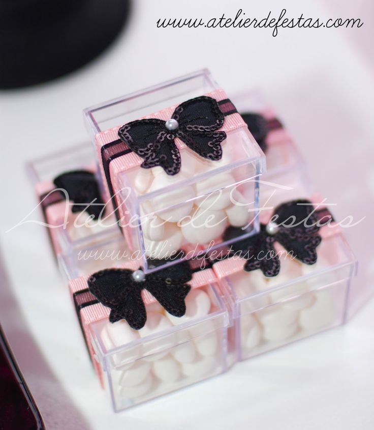 Para comemorar o 12º aniversário da Mariana o tema escolhido foi Paris, as cores rosa e preto combinaram com o clima da festa.   Plumas, mui...