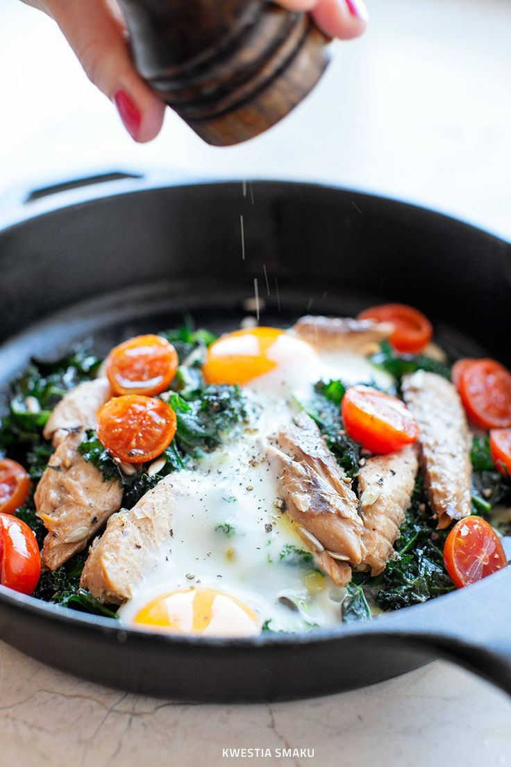 Jajka zapiekane z jarmużem, makrelą i pomidorkami