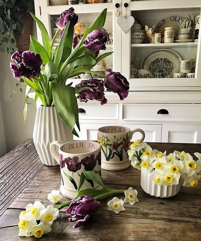 I kinda had to.... Happy Friday peeps! #parrottulip #daffodils #emmabridgewater #emma_bridgewater #pottery #mug #flowers #obssesed #mayeshwholesale