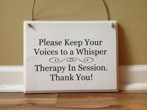 Gelieve u uw stem tot een gefluister houden / therapie In sessie / gelieve te doen niet kloppen/sessie / primitieve houten hand geschilderd