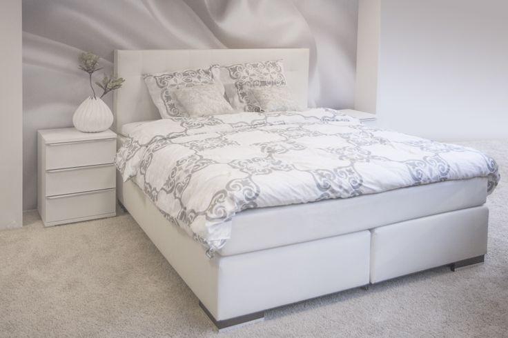 Een moderne slaapkamer met romantische accenten en bloemenpatroon compleet met een - Romantische witte bed ...