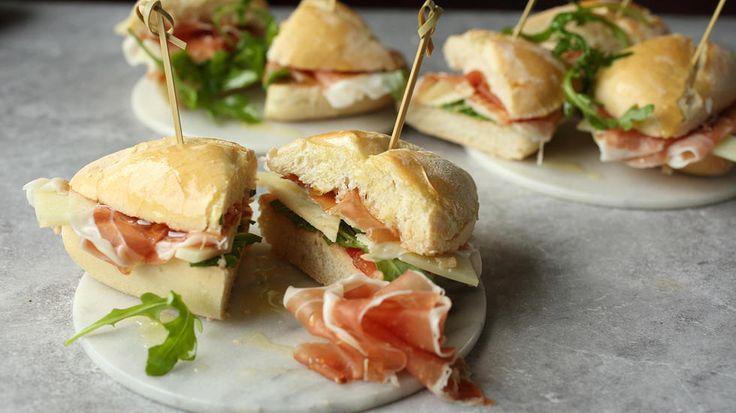 Tapas: «Barcelona-baguette» med manchego-ost og serranoskinke