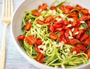 Courgette spaghetti met home made pesto en ovengeroosterde tomaatjes