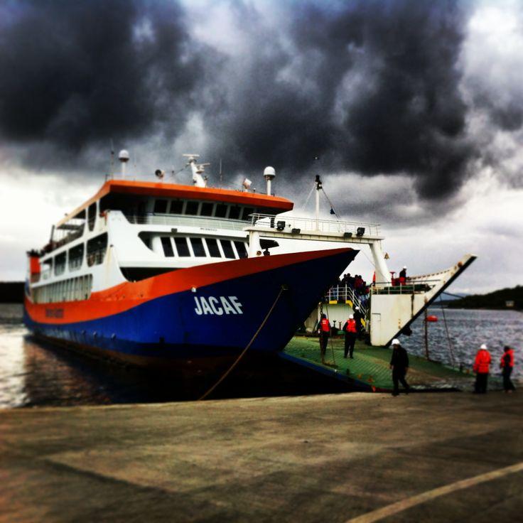 Melinka, Muelle principal, barcaza.