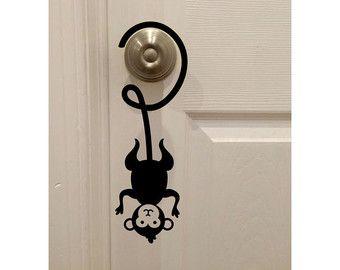 """Mono colgando boca abajo en el pomo de la puerta (4 """"x 12"""") - casa de dormitorios habitación etiqueta de pared decoración arte niños"""