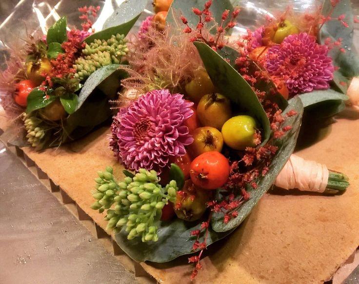 """30 likerklikk, 1 kommentarer – Botanica Blomster (@botanicablomster) på Instagram: """"Knapphullsblomster til noen kjekke karer. Krysser alt for litt oppholdsvær til alle som skal gifte…"""""""