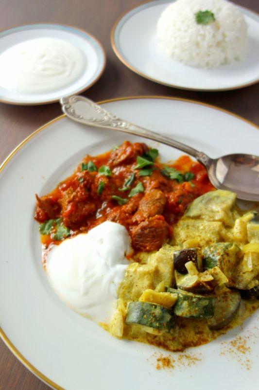 Rotes Lammcurry trifft gelbes Gemüse mit Joghurt