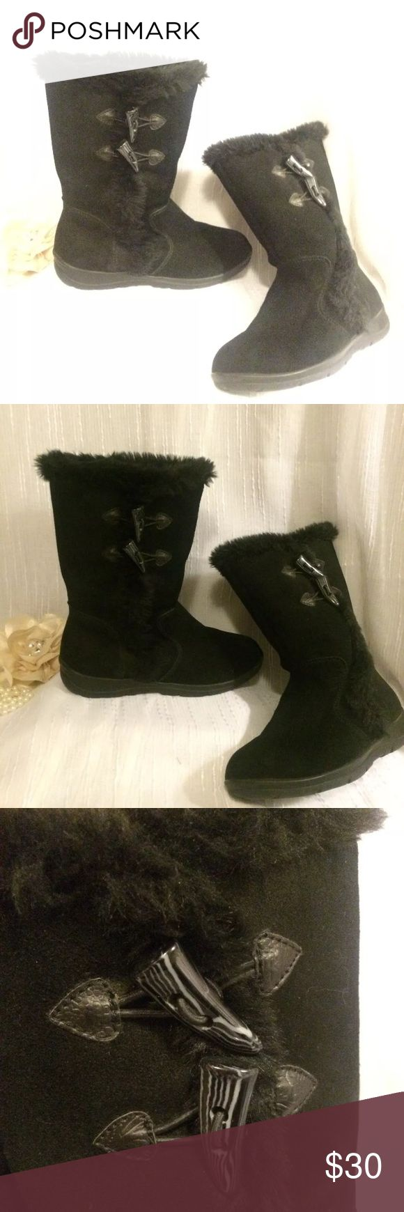 """8.5 white mountain black """"ugg"""" style boots 8.5 M awesome boots - like """"ugg"""". No damage or flaws . Genuine leather with soft black sheep lining White mountain Shoes Winter & Rain Boots"""