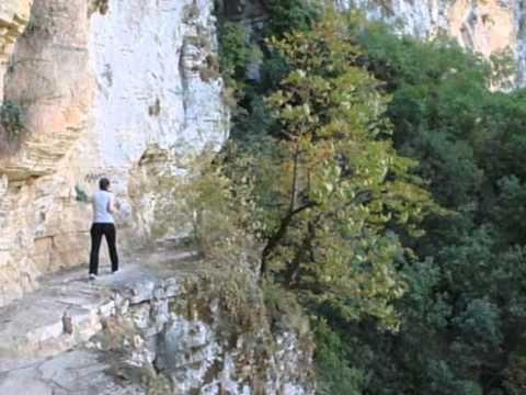 ΧΑΡΑΔΡΑ ΒΙΚΟΥ-ΑΠΟΚΡΗΜΝΟ ΜΟΝΟΠΑΤΙ ΑΓΙΑΣ ΠΑΡΑΣΚΕΥΗΣ.  VIKOS GORGE - STEEP TRAIL OF AGHIA PARASKEVI - MONODENDRI VILLAGE  EPIRUS GREECE