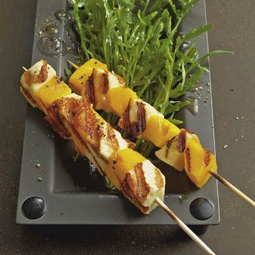Mango-Halloumi-Spiesschen auf Rucolasalat Rezept | Küchengötter