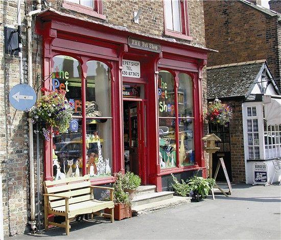 Fachada de tienda, los elementos decorativos utilizados le dan a la tienda un toque de antiguedad.  IV
