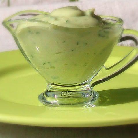 крем из авокадо. Авокадо (1 шт.) я нарезаю кубиками или ломтиками, обильно поливаю свежевыжатым соком лайма или лимона, смешиваю с нарезанной петрушкой или мятой (примерно 1 ст. л.) и в комбайне превращаю эту смесь в пюре. Затем добавляю обычный йогурт (3-4 полных ст. л.), соль, белый перец по вкусу и снова взбиваю. Консистенция крема в вашей власти. Если больше нравятся текучие соусы, подлейте немного кипяченой воды и взбейте.