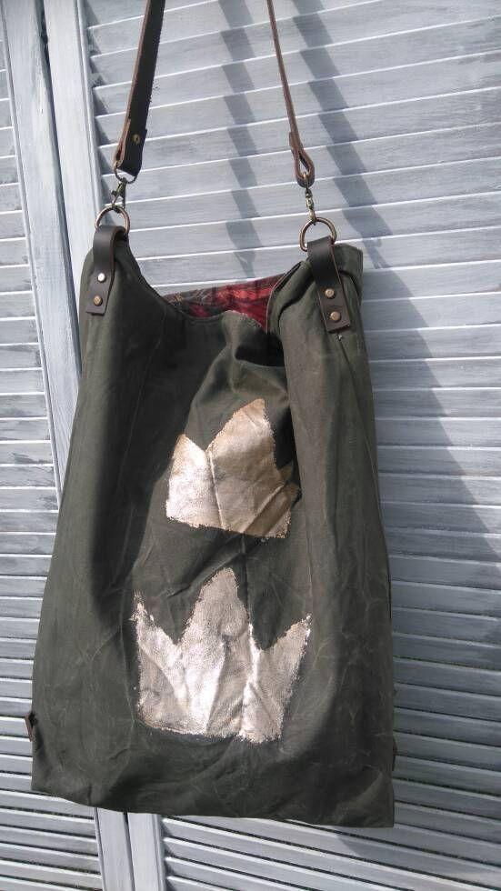 Esta tela de algodón tiene una textura y resistencia similar al lino. La bolsa está hecha a mano por mí en mi estudio. Color de la bolsa es verde oscuro con corona de oro. Este bolso tiene las correas de cuero marrón oscuro y remaches envejecidos. Las correas de cuero se ablande y agregar su propio carácter con la edad y utilizan. Se puede llevar a mano o en el hombro. El interior está totalmente forrado en lona de algodón de colores, con un bolsillo para tu teléfono celular o las llaves…