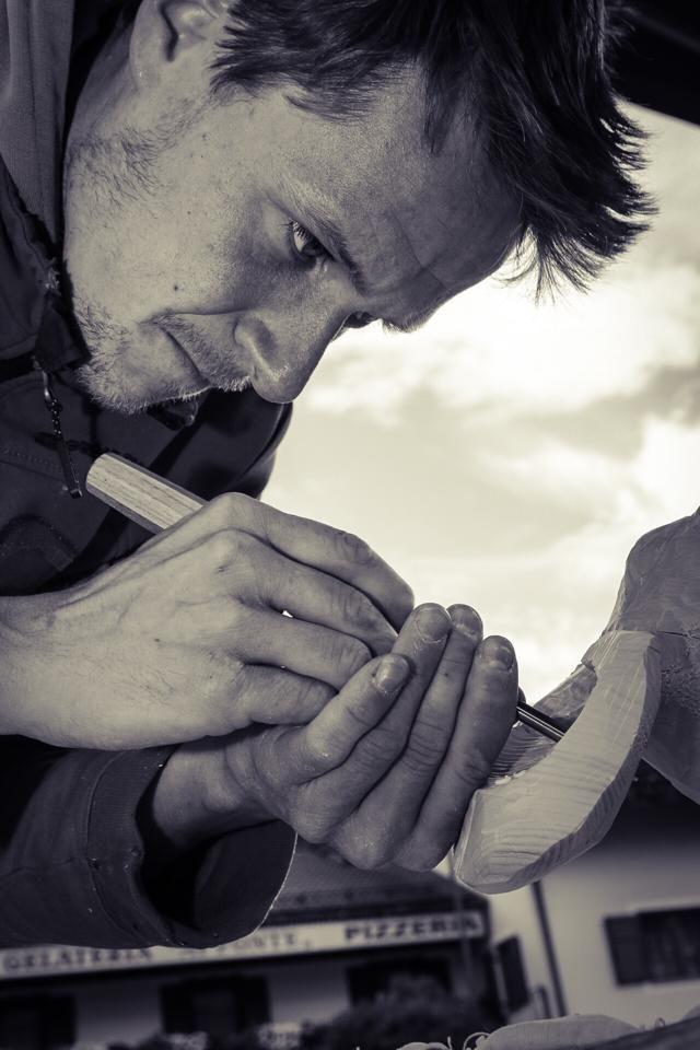 eccolo #LuigiZeni al lavoro #simposio #scultura #legno #trentino #PinetaShow #dafarealPineta