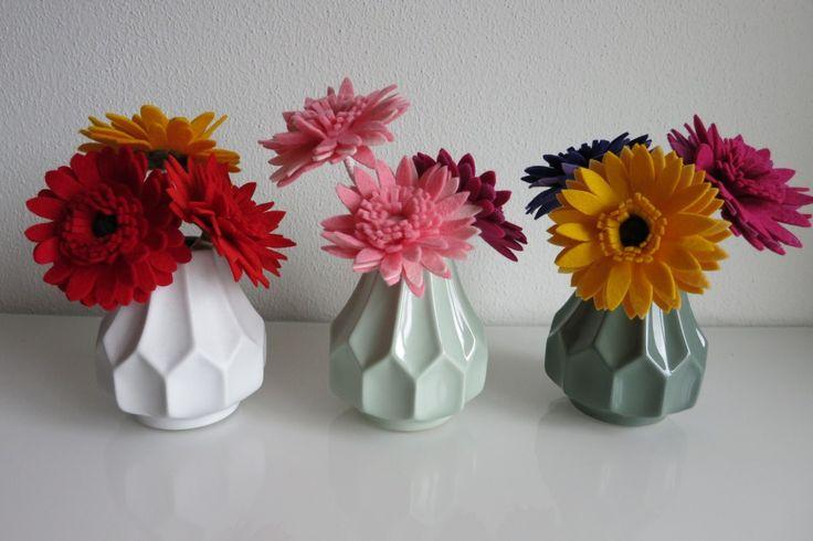 Gerbera: liefdevolle vilten bloemetjes voor in kleine vaasjes op jullie bruidstafel. Felt daisy's for your wedding.