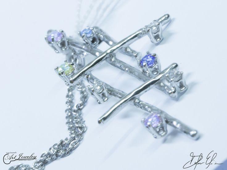 Pendente realizzato in oro bianco ed impreziosito da diamanti bianchi e zirconi colorati. #whitegold #zircon #diamonds #scratch  #etched #artjewelry  https://www.instagram.com/costaemanuele_artjewelry/ https://www.facebook.com/gioiellicosta/