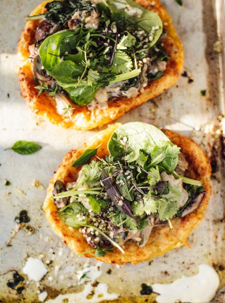 Knusprige Kartoffelpizza (vegan, glutenfrei) mit cremigem Pilz-Cashew-Gemüse und viel Grünzeug