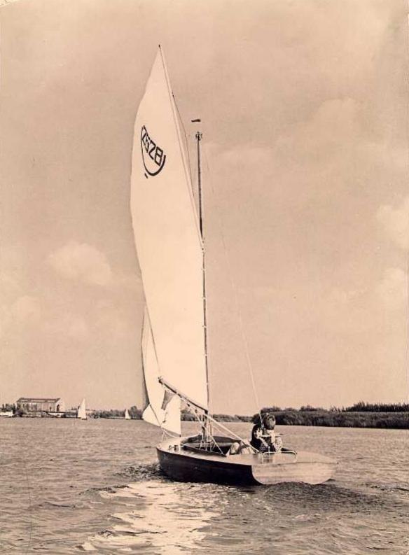 Vroeger had ik samen met mijn jongste broer een 16m2-BM-er gekocht en mijn vader heeft daarvoor zeilen geregeld zodat wij konden zeilen, voornamelijk op het Tjeukemeer.