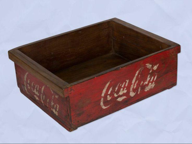 Caja baja de madera con el logotipo de la famosa marca Coca Cola