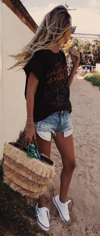 cool outfit idea: t-shirt + bag + shorts