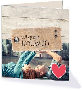 Trendy touwkaart met houten detail en een label met Wij gaan trouwen. Deze trouwkaart komt uit de collectie 'Trendy Trouwen' van Kaart op Maat.