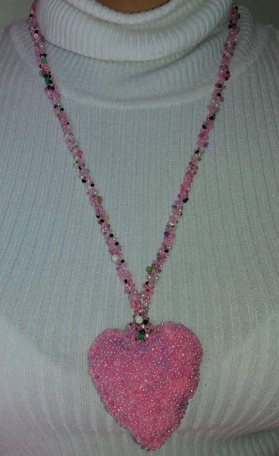 Collar crochet abalorio colgante corazon rosa arcoiris