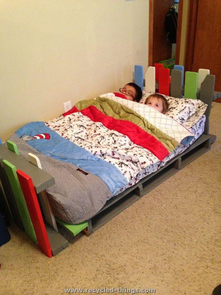 Best 25 pallet toddler bed ideas on pinterest for Kids pallet bed