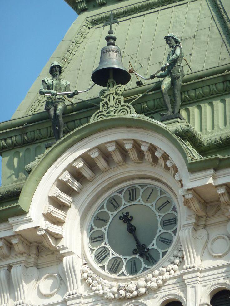 Trieste, palazzo del Comune. Architetto: Giuseppe Bruni (1875). Nikece e Jakice che bati le ore