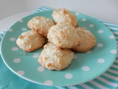 Deze kokoskoekjes zijn wel heel gemakkelijk om te maken! En superlekker! Kijk voor het recept op onze blog: www.liefdevoorbakken.nl