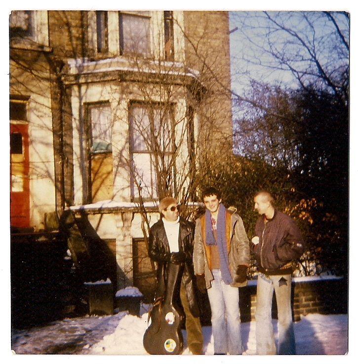 Guillermo Cazenave (middle) w friends (London, 1978). Con el guitarrista y profesor de ballet ruso Aladino Martínez y con Martin Wind. agricultor bio, fotógrafo y chef. Los dos, grandes amigos desde los años 70s.