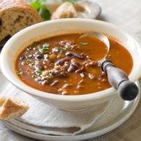 Het is winter, het is stevig koud en dan is een lekkere, verse, stevige, maaltijdsoep wel op zijn plaats. Het hoeft niet altijd erwtensoep te zijn. Deze eet...