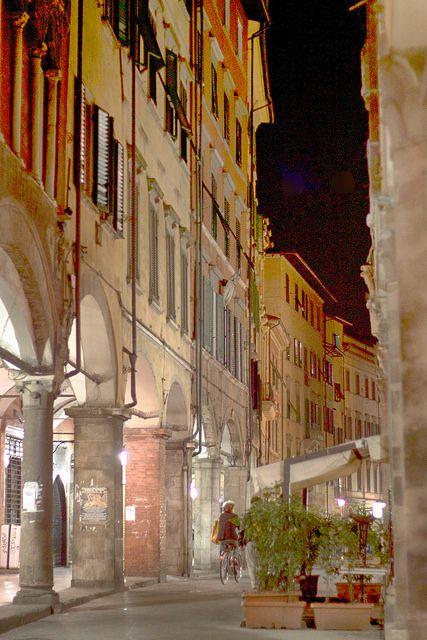 Pisa, borgo stretto. Pisas elegantaste gata på medeltida vis. Övertäckta valvgångar på båda sidor, trevliga affärer och perfekta kaféer och barer.