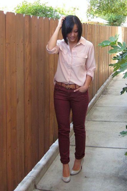 gekleurde skinny / riem / blouse in een lichtere kleur gedeeltelijk ingestopt / nude pumps