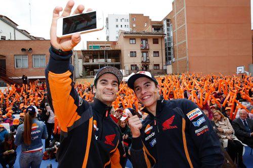 Marc Márquez y Dani Pedrosa inauguraron el Repsol Racing Tour, una exposición itinerante con la historia de la petrolera en sus más de 45 años de presencia en las competiciones del motor. (Ver vídeo)