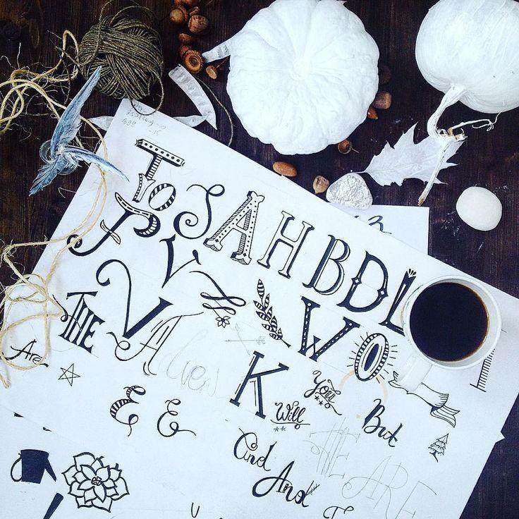 Белые тыквы создают атмосферу сказки! Можно помечтать, нарисовать загадочные буквы. Выпить ароматного кофе... ☕️☕️☕️ Я думала, что леттеринг- это запредельно-сложное, но главное- включить фантазию и все получится! Открыточки с надписями есть в магазине @artcoast