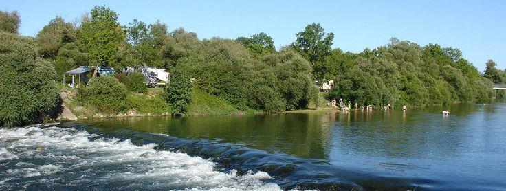 Camping les 3 Ours in de Jura, Frankrijk | Rustig gelegen aan de rivier de Loue, en aan de rand van een bosgebied. In de rivier kun je kanoën, kajakken, of gewoon zwemmen, en in de nabije omgeving is genoeg te beleven voor natuur- en cultuurliefhebbers. Bezoek bijvoorbeeld Besançon eens, of maak een tocht door het mooie dal van de Loue.